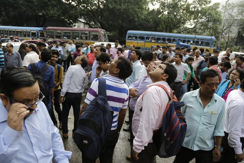 Habitantes huyen de sus edificios al sentir el sismo en Kolkata, India, el 24 de agosto del 2016. (AP Photo/Bikas Das)