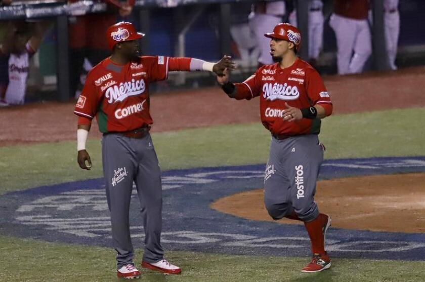 Los jugadores Justin Green (i) y Joey Menéses (d) de los Tomateros de Culiacán de México celebran una anotación ante las Águilas Cibaeñas de República Dominicana durante el juego de la quinta jornada de la Serie del Caribe hoy, martes 6 de febrero de 2018, durante un juego de la quinta jornada de la Serie del Caribe, en el Estadio de Béisbol de los Charros de Jalisco en la ciudad de Zapopan Jalisco (México). EFE