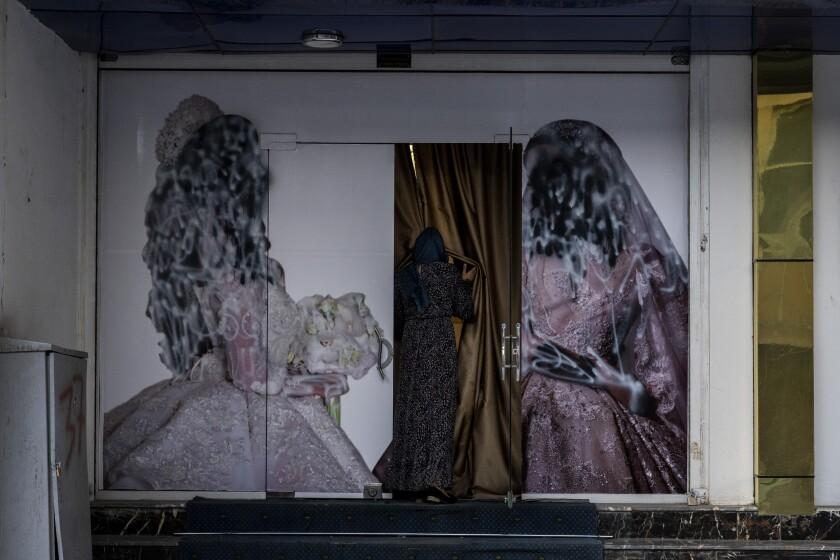 Una mujer ingresa en un salón de belleza en Kabul, Afganistán, el sábado 11 de septiembre de 2021.