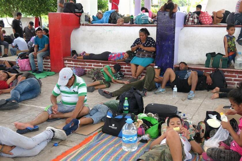 Fotografía del 26 de marzo de 2018, de migrantes centroamericanos que descansan a su paso por la población de Mapastepec en el estado de Chiapas (México). EFE