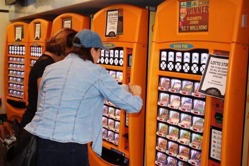 Ciudadanos compran billetes del Powerball en un puesto de venta de lotería ubicado en San Juan, Puerto Rico. EFE/Archivo