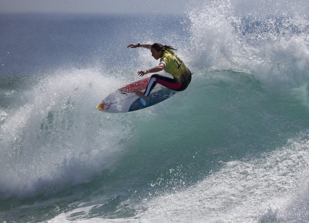 Carissa Moore, do Havaí, surfa seu caminho para se tornar a campeã mundial nas finais da World Surf League.