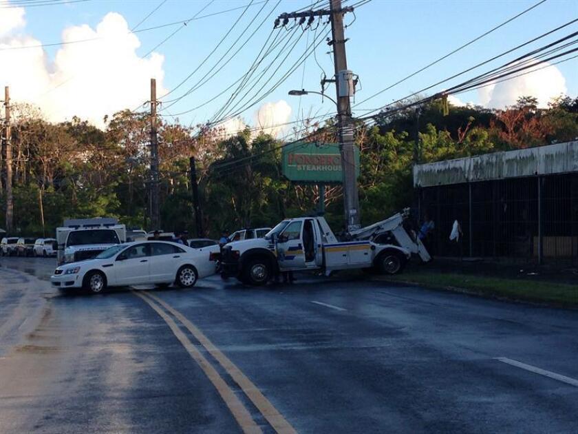 Vista del poste contra el que chocó el auto del cantante de salsa Cheo Feliciano que murió el jueves 17 de abril de 2014, en Puerto Rico en un accidente con el vehículo que conducía y en el que no llevaba puesto el cinturón de seguridad. EFE/Archivo