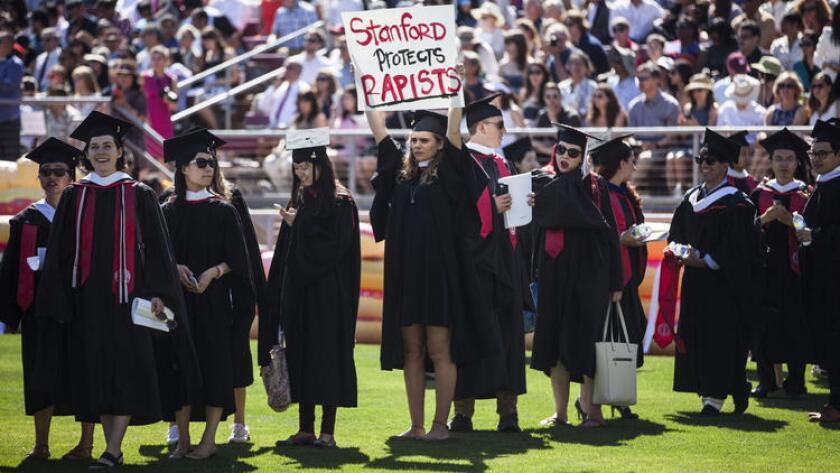 La estudiante graduada Andrea Lorei, quien ayuda a organizar las manifestaciones en el campus, con un letrero de protesta antes de la ceremonia en la Universidad de Stanford (Getty Images).