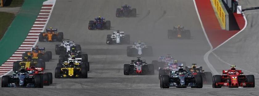 El piloto británico Lewis Hamilton (i),de la escudería Mercedes, y su rival Kimi Raikkonen (d), de Ferrari, en acción durante el Gran Premio de Estados Unidos en el circuito de Las Américas en Austin, Texas, Estados Unidos, el 21 de octubre del 2018. EFE