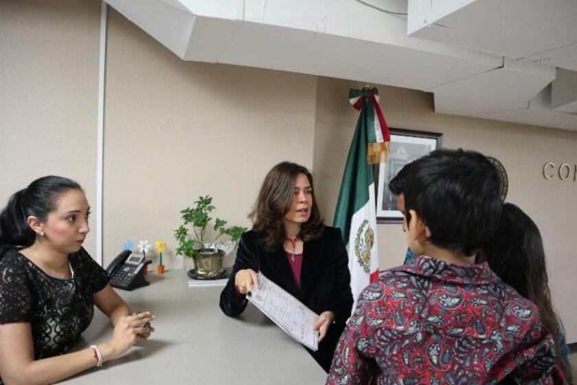 En el caso del menor nacido en Tijuana, el proceso fue sencillo dado que la madre tenía la constancia del hospital, lo que únicamente requirió corroborar la información con autoridades de salud en Baja California. La cónsul Marcela Celorio (centro) entrega el acta.