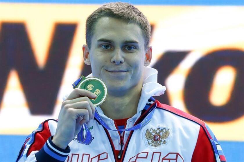 El nadador ruso Vladimir Morozov celebra el oro tras su victoria en la final masculina de los 50m estilo libre de los campeonatos del mundo de natación en piscina corta en Hangzhou (China) hoy, 14 de diciembre de 2018. EFE