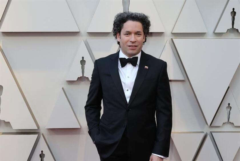 El músico y compositor Gustavo Dudamel posa a su llegada a la alfombra roja de los Premios Óscar, este domingo, en Hollywood, California (Estados Unidos). EFE