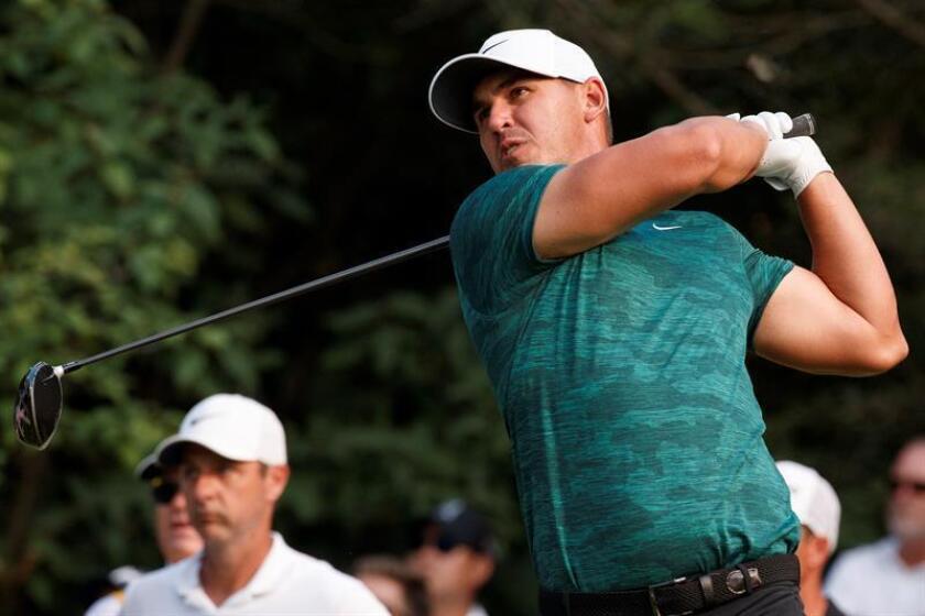 Brooks Koepka golpea una bola durante el PGA Championship. EFE
