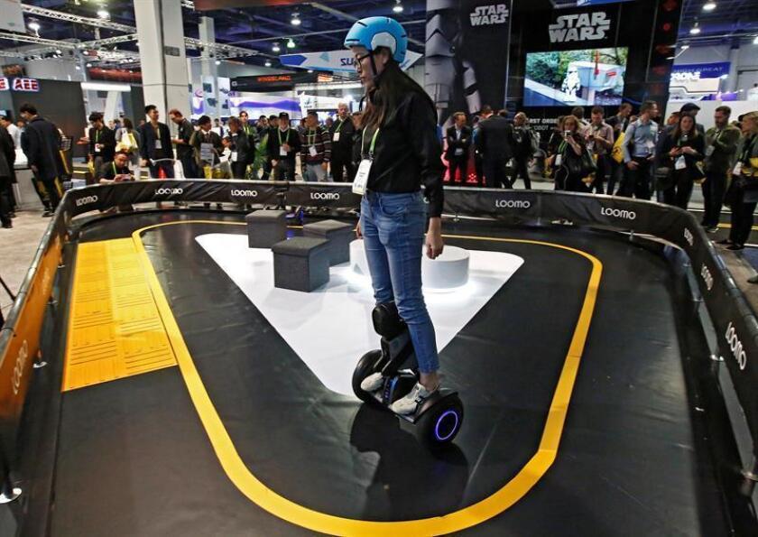 Un expositor realiza una demostración del Segway Loom el día de la inauguración en el Salón Internacional de la Feria de Electrónica de Consumo (CES, en inglés) 2018 hoy, martes 9 de enero de 2018, en Las Vegas, Nevada (EE.UU.). EFE