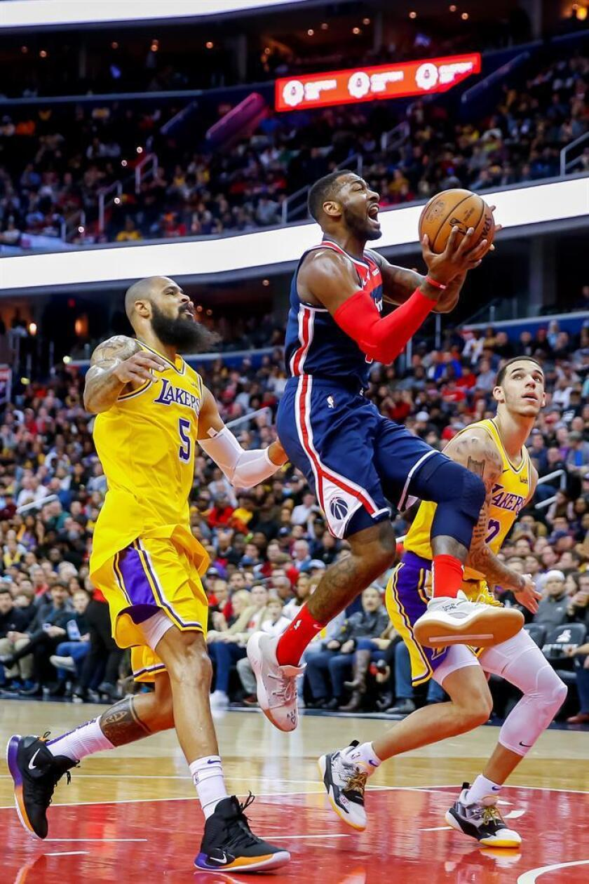 Washington Wizards guard John Wall (C) in action against Los Angeles Lakers center Tyson Chandler (L) and Los Angeles Lakers guard Lonzo Ball (R) during the first half of the NBA basketball game between the Los Angeles Lakers and the Washington Wizards at CapitalOne Arena in Washington, DC, USA, 16 December 2018. EPA-EFE/ERIK S. LESSER