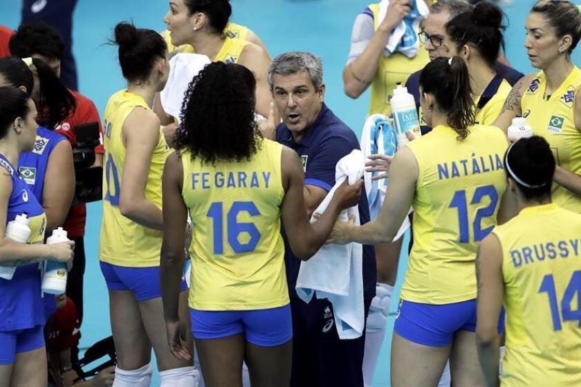 El entrenador de Brasil, Jose Guimaraes (c), da instrucciones a sus jugadores, ayer durante el partido contra Alemania. EFE