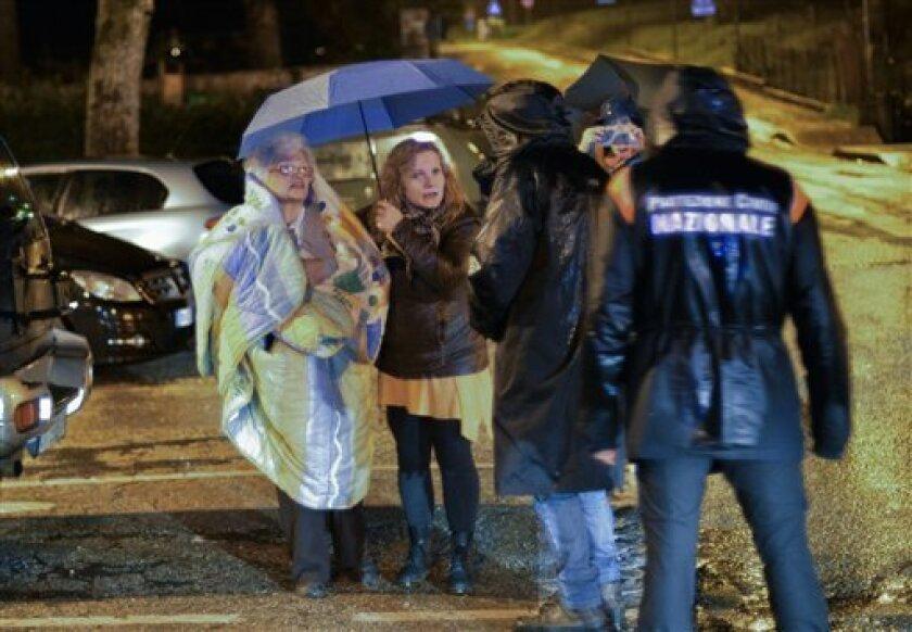 El jefe de la Protección Civil italiana, Fabrizio Curcio, explicó hoy que se está estudiando el alojamiento en hoteles para miles de evacuados tras los fuertes terremotos de ayer miércoles en el centro de Italia, ante la imposibilidad de montar campamentos debido al intenso frío.