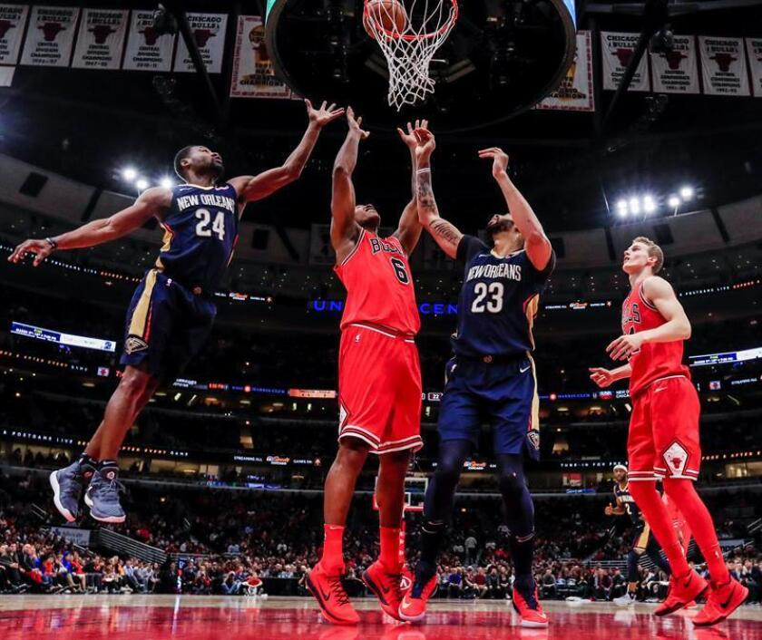 Chicago Bulls forward Cristiano Felicio of Brazil (2-L) battles for a rebound with New Orleans Pelicans guard Tony Allen (L) and New Orleans Pelicans forward Anthony Davis (2-R) as Chicago Bulls forward Lauri Markkanen of Finland (R) watches in the first half of the NBA basketball game between the New Orleans Pelicans and the Chicago Bulls at the United Center in Chicago, Illinois, USA. EFE