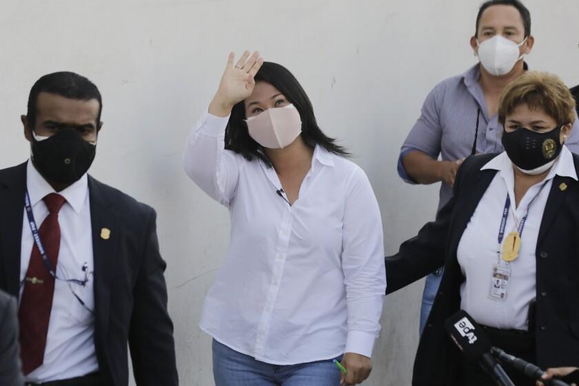 Keiko Fujimori, hija del expresidente encarcelado Alberto Fujimori y candidata presidencial por el partido Fuerza Popular, saluda a su llegada a votar durante las elecciones generales en Lima, Perú, el domingo 11 de abril de 2021. Los peruanos acudieron a las urnas en medio de un incremento exponencial de las infecciones por COVID-19. (Foto AP/Guadalupe Pardo)