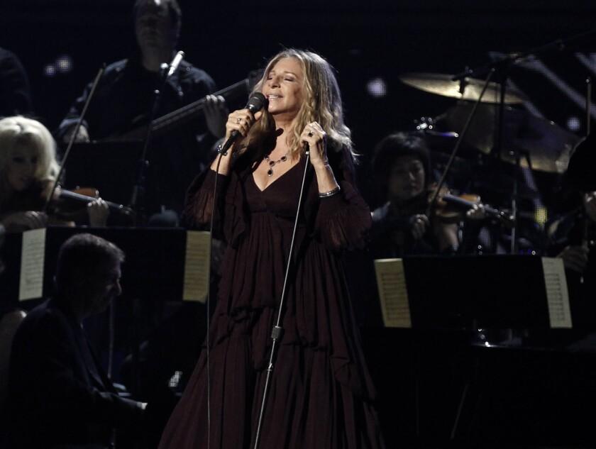 Barbara Streisand canta en la 53ra entrega anual de los premios Grammy