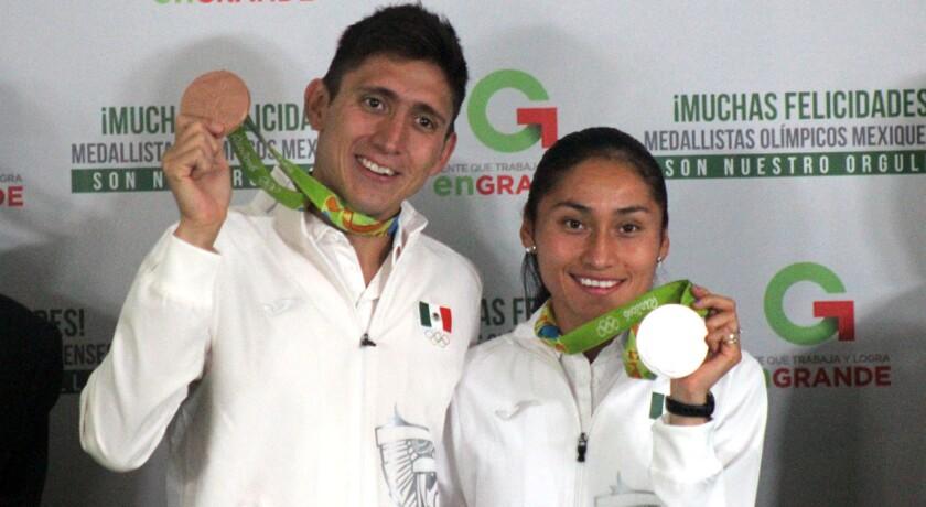 Ismael Hernández, medallsta de bronce, y Lupita González, medallista de plata en Río 2016.