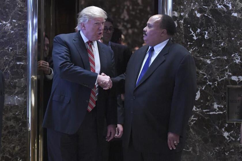 El presidente electo, Donald Trump, se reunió hoy con el hijo mayor de Martin Luther King, en una cita que tuvo como fondo recientes críticas del magnate neoyorquino a un importante defensor de los derechos civiles. EFE/ARCHIVO