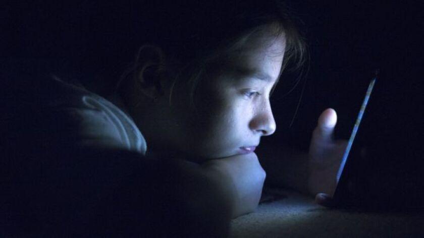 Nos pasamos el día mirando pantallas: la del teléfono móvil, la de las computadoras —personal y del trabajo — la del televisor, la del iPad, la del GPS, la de la cinta de correr, la de la caja de cobro automático del supermercado... La lista es más y más amplía.