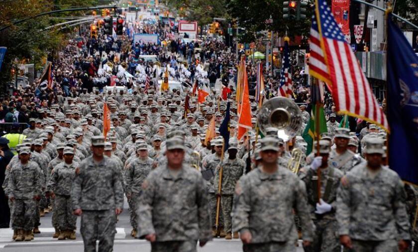 Imagen que muestra a varios soldados mientras marchan durante el desfile del Día de los Veteranos en la 5? Avenida de Nueva York, Estados Unidos, el 11 de noviembre de 2015. EFE/Archivo