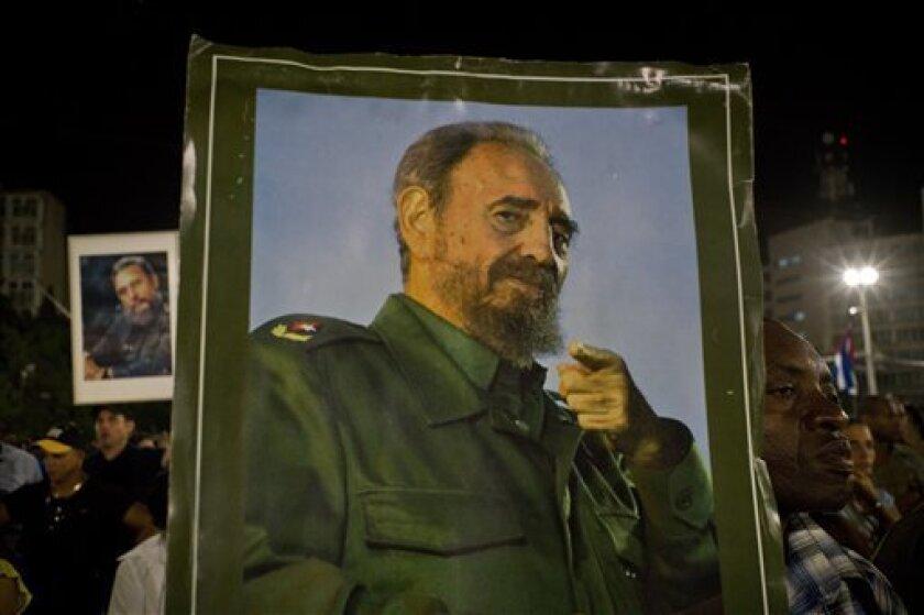 En San José de las Lajas, Matanzas, Limonar, Colón, Santo Domingo, Cienfuegos y Santa Clara, las mismas escenas se repiten, miles de personas esperando horas y horas para ver pasar la comitiva fúnebre que transporta los restos de Fidel Castro en un viaje que es al pasado para muchos.