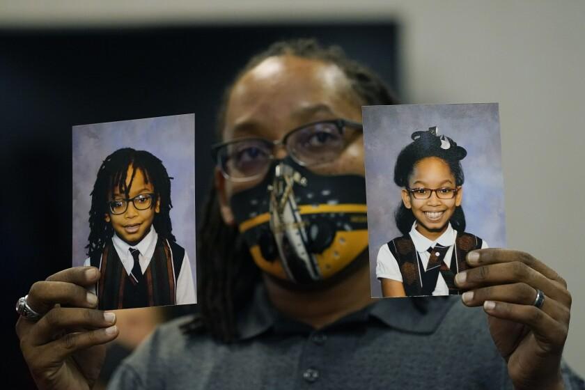 En esta foto del 27 de octubre del 2020, Sheldon Smith, muestra las fotografías de sus hijos