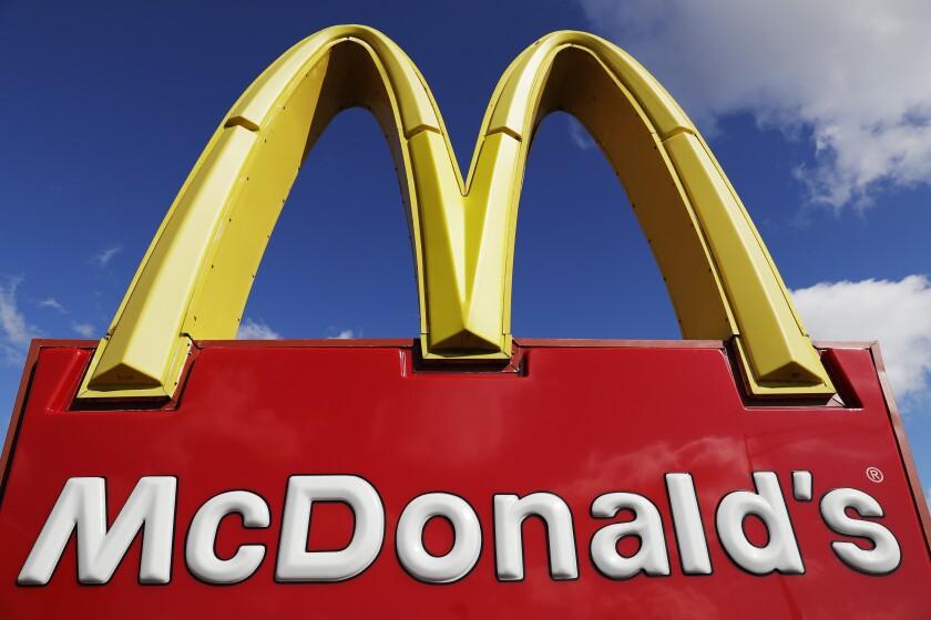 ARCHIVO - En esta fotografía del 9 de abril de 2020 se muestra un letrero de McDonald's