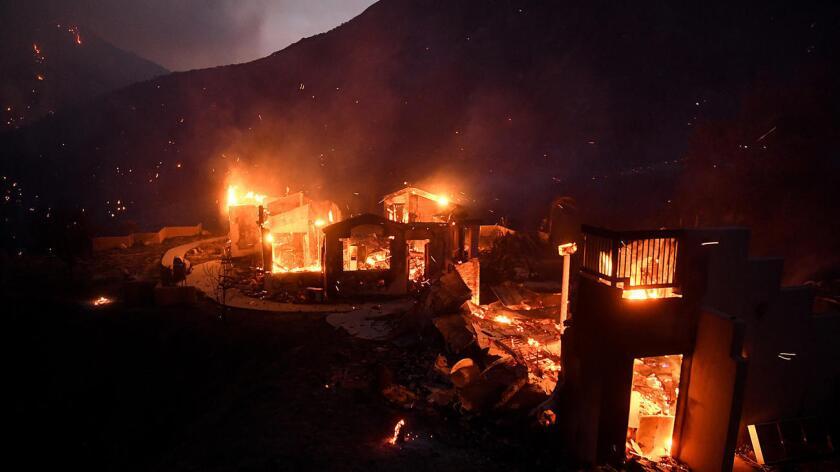 Una casa se quema en Little Tujunga Canyon Road al mismo tiempo que las flamas se acercan a Santa Clarita.