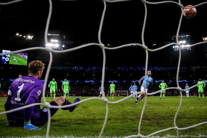Kun Aguero (c) de Manchester City anota el 1-0 desde el punto de penalti ante el guardameta Ralf Faehrmann (i) de Schalke este martes durante un partido de la Liga de Campeones de la UEFA entre el Manchester City y el FC Schalke 04 en el Etihad Stadium de la ciudad de Mánchester (Reino Unido). EFE