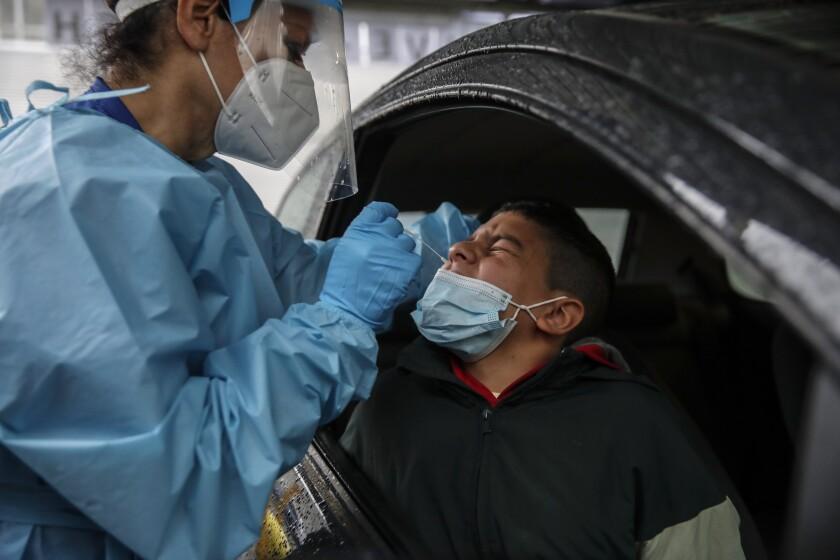 El número diario de nuevos casos de coronavirus sigue siendo peligrosamente alto.