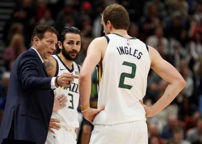 El entrenador Quin Snyder (i) habla con los jugadores Ricky Rubio (c) y Joe Ingles (d) de Utah Jazz durante un juego de la NBA entre en el Energy Solutions Arena en Salt Lake City (EE.UU.). EFE