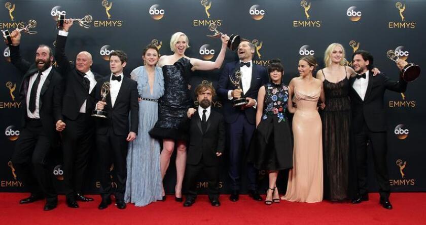 """Los actores de la serie de televisión """"Juego de Tronos"""" posan tras recibir el premio a la mejor serie dramática durante la ceremonia de los Premios Emmy en Los Ángeles (Estados Unidos). EFE/Archivo"""