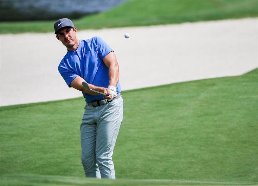 En la imagen un registro del golfista estadounidense Jamie Lovemark, quien suma 132 golpes y comparte con su compatriota Brooks Koepka la punta del torneo de golf The Northern Trust, que se disputa en Paramus (Nueva Jersey, EE.UU.). EFE/Archivo