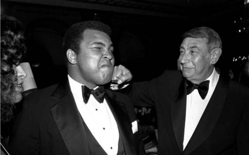 ARCHIVO - En esta foto de archivo del 13 de abril de 1981, el cronista deportivo Howard Cosell, derecha, es retratado simulando dar un golpe en la quijada al ex campeón mundial de boxeo de peso completo Muhammad Ali durante una cena en Nueva York. Ali, considero el boxeador más grande de todos los tiempos, murió según un comunicado emitido por su familia el viernes 3 de junio de 2016. Tenía 74 años. (AP Foto/Richard Drew, Archivo)