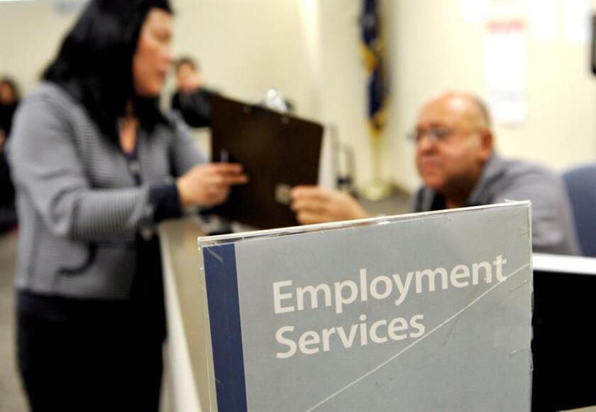 Las solicitudes semanales del subsidio por desempleo bajaron la pasada semana en 7.000 hasta las 222.000, y tocaron de nuevo mínimos en 45 años, informó hoy el Departamento de Trabajo. EFE/Archivo