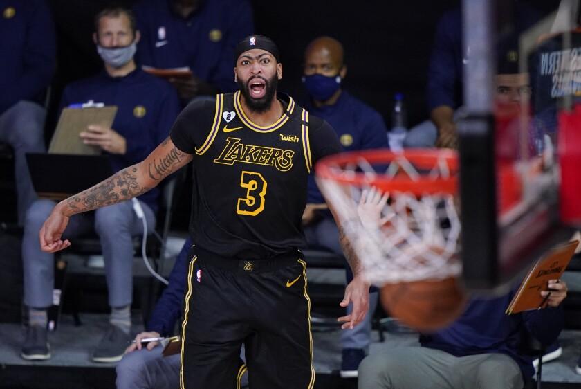 Anthony Davis, de los Lakers de Los Ángeles, celebra después de encestar un triple