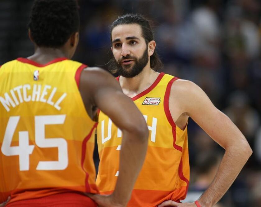 Ricky Rubio (d) de los Utah Jazz conversa con su compañero Donovan Mitchell (i) durante un partido de baloncesto de la NBA. EFE