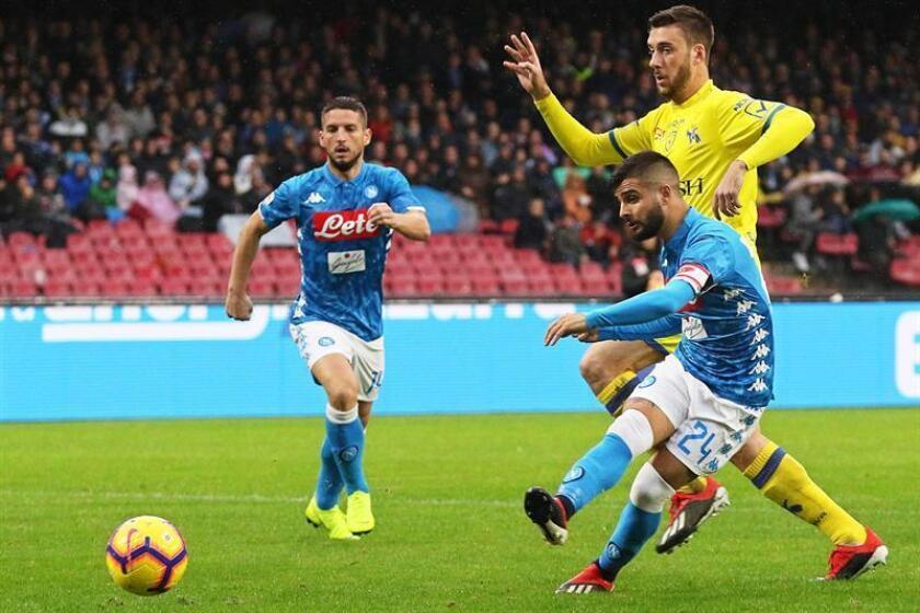 El jugador del Nápoles Lorenzo Insigne (d) en acción durante el partido de la Serie A que jugaron SSC Napoli y AC Chievo Verona en San Paolo en Nápoles. EFE/EPA