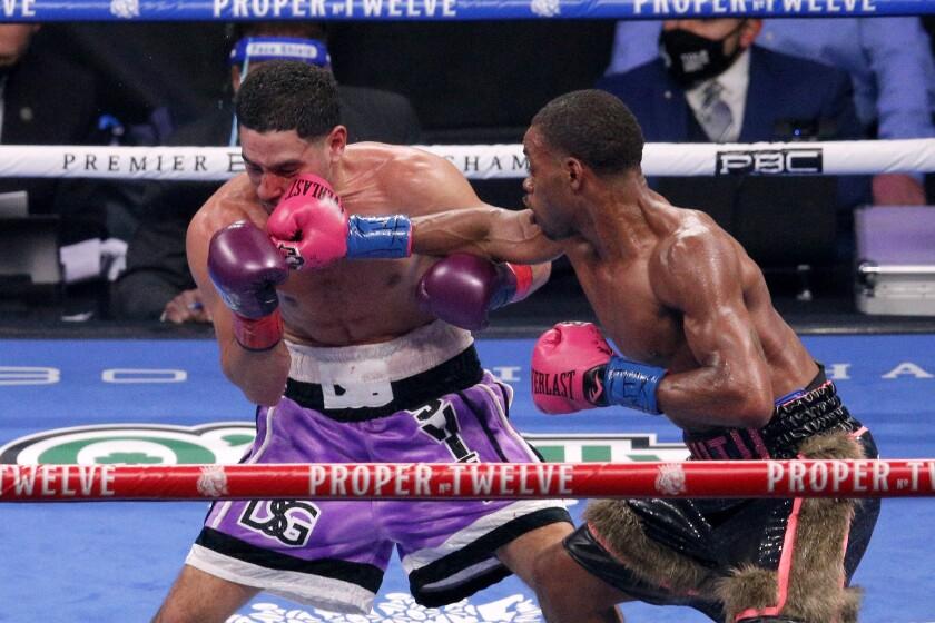 Errol Spence Jr. propina un golpe a Danny García en una pelea por los títulos welter del CMB y la FIB,