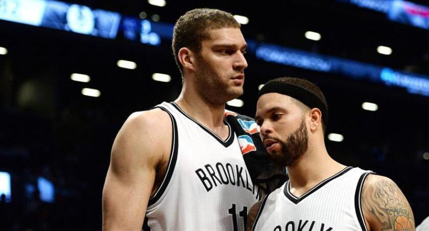 Los jugadores de los Nets de Brooklyn Brook Lopez (i) y Deron Williams (d). EFE/Archivo