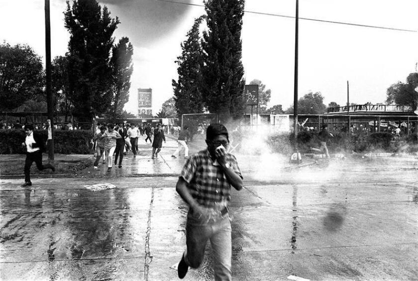 Imagen fechada en el año de 1968 en Ciudad de México. La Plaza de las Tres Culturas de Ciudad de México, en el barrio de Tlatelolco, estaba repleta de estudiantes cuando comenzaron a sonar los disparos hace hoy 50 años. EFE/Armando Salgado/Acervo Comité 68/SOLO USO EDITORIAL