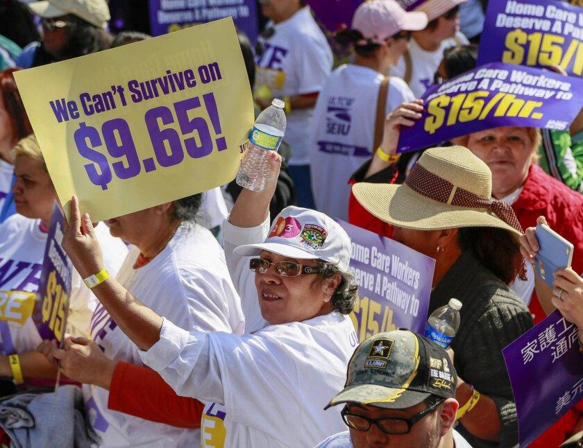 """La marcha apoyó la campaña de nuevos contratos de WeCareLA que pide a los Supervisores del condado que se aumente el salario mínimo para que estos trabajadores """"puedan salir de la pobreza""""."""