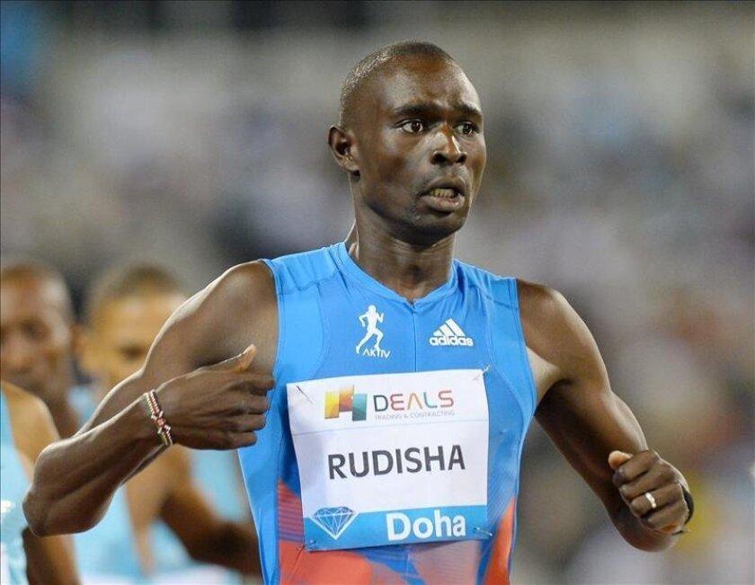 David Rudisha es el rey de las dos vueltas a la pista y uno de los monarcas del atletismo moderno sin duda alguna. En una tarde con agua y viento demostró su poderío para ganar con un crono de 1:45.14. EFE/Archivo