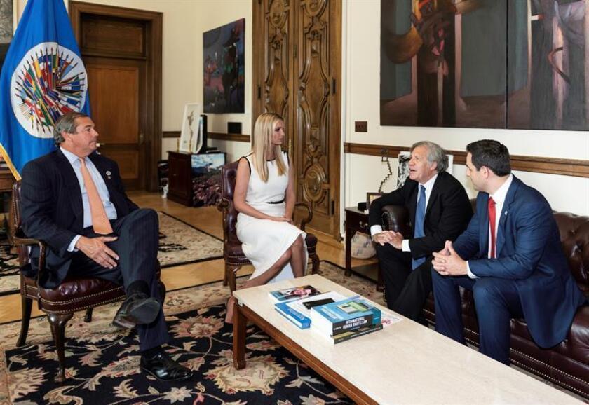 Fotografía cedida por la Organización de Estados Americanos (OEA), donde aparecen, de izquierda a derecha, el presidente y director ejecutivo de la Corporación para Inversiones Privadas en el Extranjero (OPIC), Ray W. Washburne; la asesora de la Casa Blanca, Ivanka Trump; el secretario general de la OEA, Luis Almagro, y el embajador estadounidense ante la OEA, Carlos Trujillo, durante una reunión hoy, lunes 27 de agosto de 2018, en la sede del organismo en Washington, DC (EE.UU.). EFE/Juan Manuel Herrera/OEA/SOLO USO EDITORIAL NO VENTAS