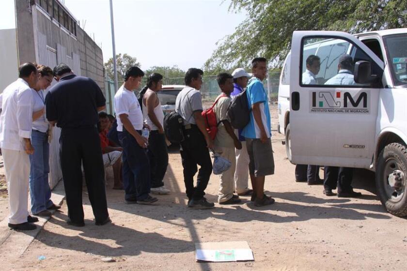 Las fuerzas de seguridad mexicanas rescataron a 110 indocumentados centroamericanos que fueron abandonados en el interior de la caja de un tráiler en una carretera oriental estado de Veracruz, informó hoy el Instituto Nacional de Migración (INM). EFE/Archivo