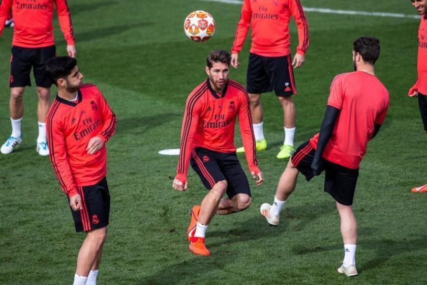 El defensa del Real Madrid Sergio Ramos (c), durante el entrenamiento previo al partido de Liga de Campeones frente al Ajax, esta mañana en la Ciudad deportiva del Real Madrid en Valdebebas.- EFE