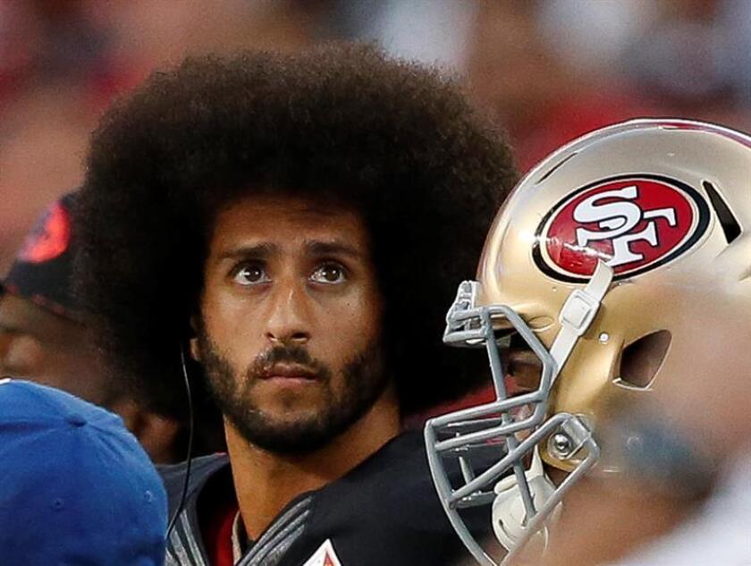 En la imagen, el exmariscal de campo de los 49ers de San Francisco, Colin Kaepernick. EFE/Archivo
