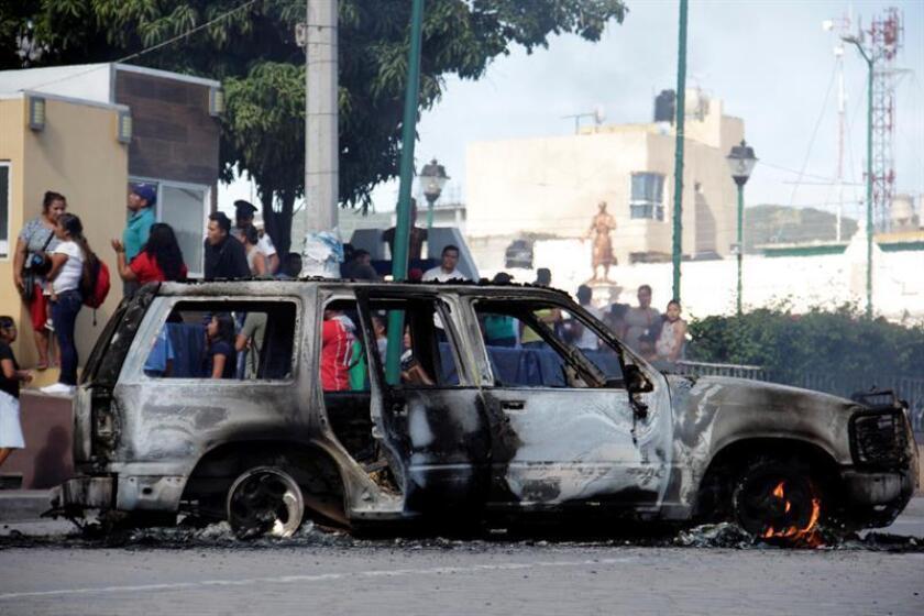 Fotografía que muestra un vehículo incinerado, donde transportaban a dos presuntos delincuentes que fueron quemados vivos por los pobladores de San Vicente Boquerón el pasado martes 29 de agosto de 2018, en el estado de Puebla (México). EFE