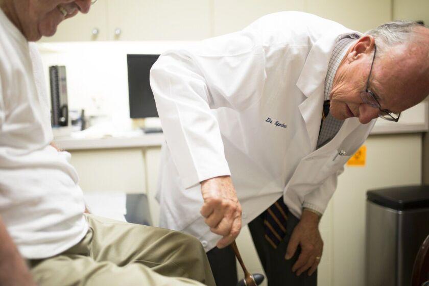 El doctor Paul Speckart, internista de San Diego, dijo que tres de sus pacientes el año pasado recibieron cartas de la junta que parecían cuestionar su calidad de atención cuando todo lo que hizo fue tratar de aliviar su dolor, bien documentado. La junta no ha presentado ninguna acusación contra él.