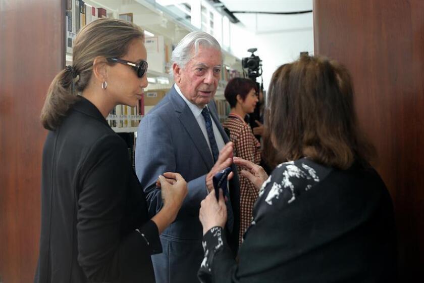 El escritor peruano y premio Nobel de Literatura Mario Vargas Llosa (c), su prometida Isabel Preysler (i) y la escritora brasileña Nélida Piñón (c) participan en la inauguración del Centro Documental de Literatura Iberoamericana Carmen Balcells hoy, martes 29 de noviembre de 2016, durante la Feria Internacional del Libro de Guadalajara (México). EFE